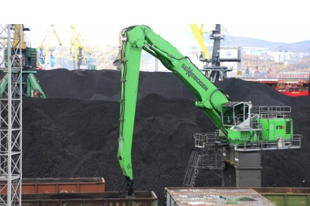 SENNEBOGEN 875 successfully unloading coal at the port of Murmansk